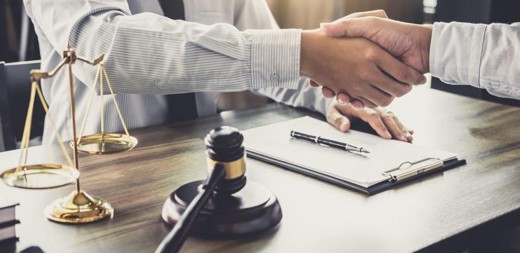 o que o síndico pode decidir sozinho contratar advogado